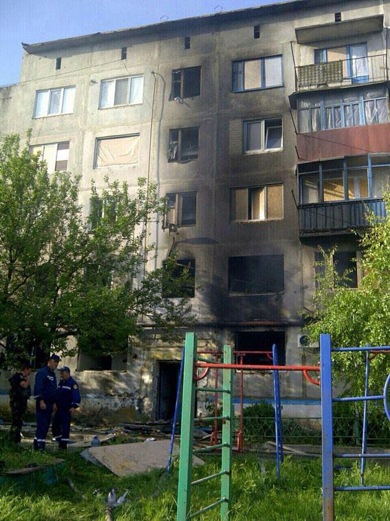 Бойовики вгатили по Красногорівці: 5 квартир зруйновано, поранена жінка (ФОТО) - фото 1