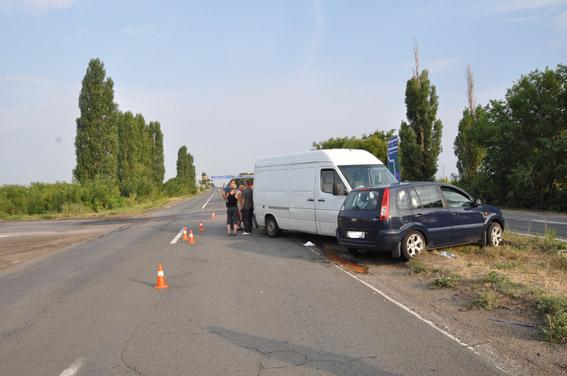 На Миколаївщині зіштовхнулись легковик та мікроавтобус: постраждали діти - фото 1