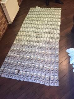 Антикорупційна операція в прокуратурі: Килим з грошей, дорогі прикраси та пістолет (ФОТО) - фото 7