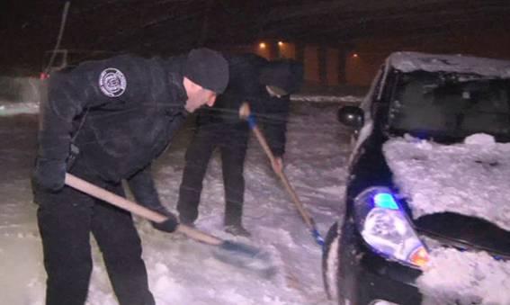 Як головний поліцейський Одещини допомагав водіям вибратись зі снігової пастки - фото 2