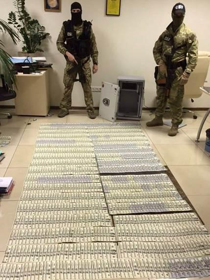 Антикорупційна операція в прокуратурі: Килим з грошей, дорогі прикраси та пістолет (ФОТО) - фото 5
