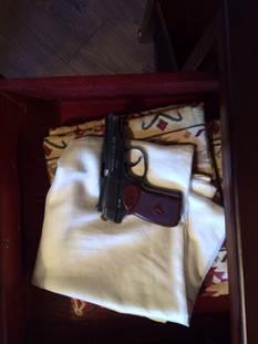 Антикорупційна операція в прокуратурі: Килим з грошей, дорогі прикраси та пістолет (ФОТО) - фото 9