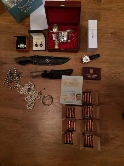 Антикорупційна операція в прокуратурі: Килим з грошей, дорогі прикраси та пістолет (ФОТО) - фото 4