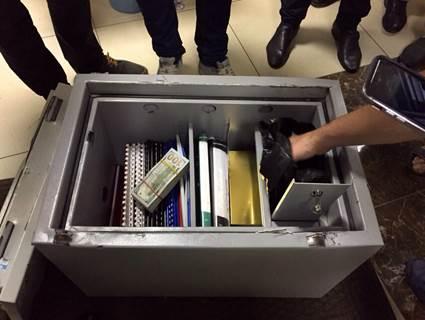 Антикорупційна операція в прокуратурі: Килим з грошей, дорогі прикраси та пістолет (ФОТО) - фото 6