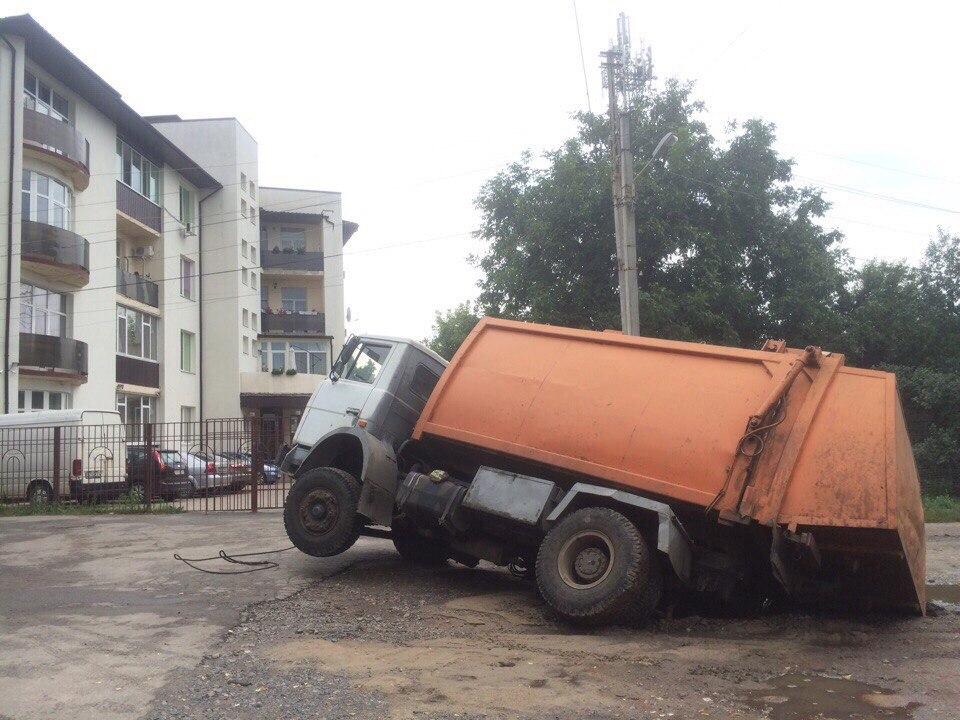 У Харкові вантажівка пішла під землю  - фото 2
