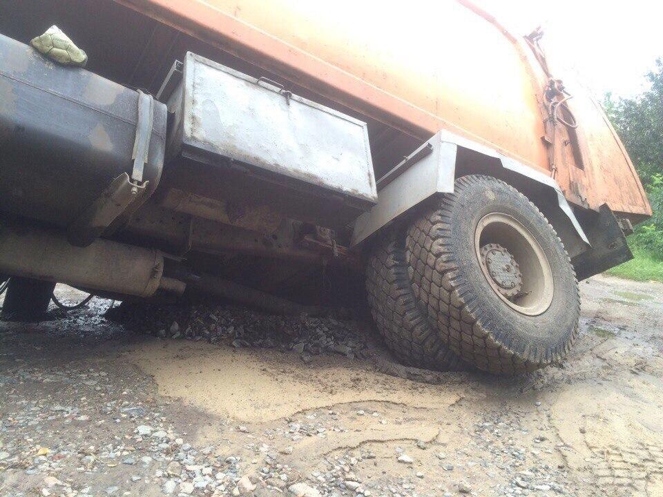У Харкові вантажівка пішла під землю  - фото 1