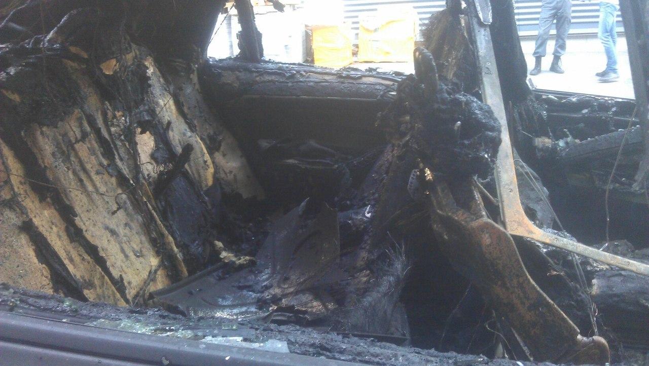 У центрі Харкова згорів елітний позашляховик  - фото 3