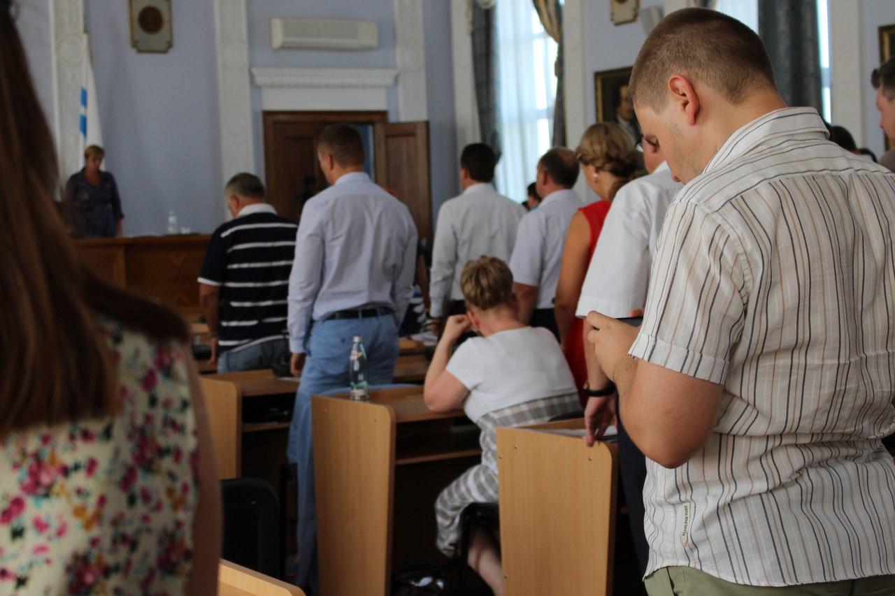 У Миколаєві депутатка-опозиціонерка не встала під час вшануваня пам'яті АТОшника - фото 2