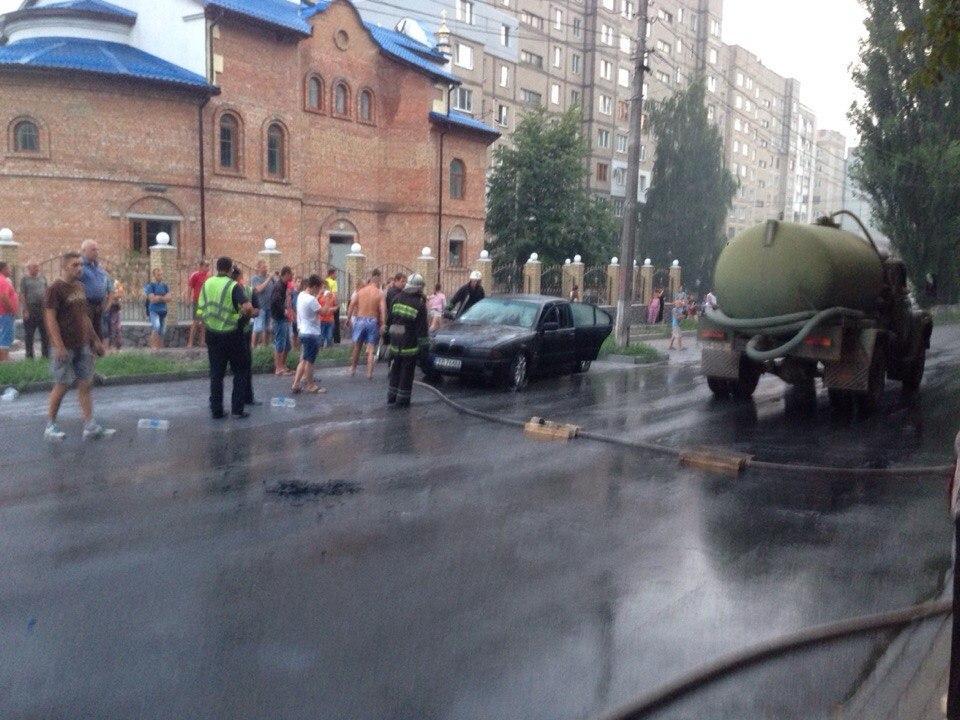 У Вінниці посеред вулиці горів автомобіль - фото 3