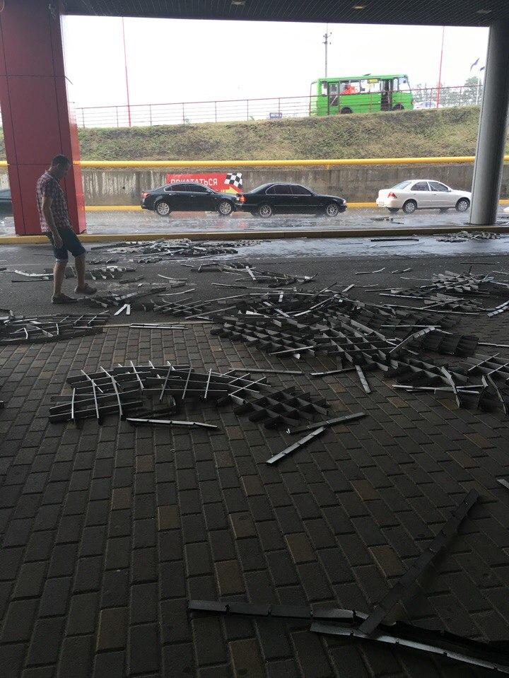У Харкові потужний вітер зламав залізний бігборд  - фото 4