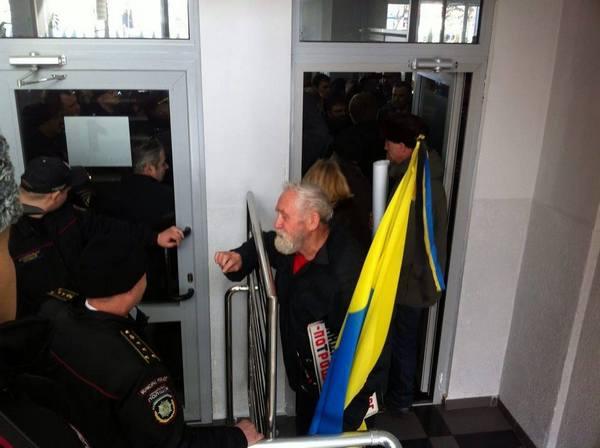 У Вінниці пенсіонери та захист Хорта штурмують міськраду - фото 5