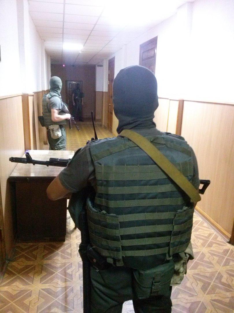 У Харкові Штепу доставили в суд собака та озброєні чоловіки  - фото 3