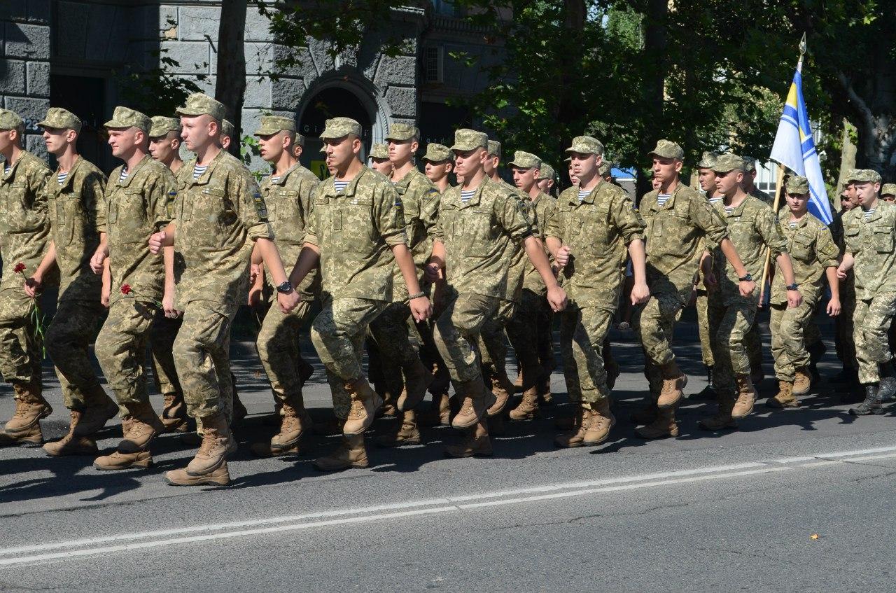 А у небі пролетів з прапорами України та ВМС військовий гвинтокрил.