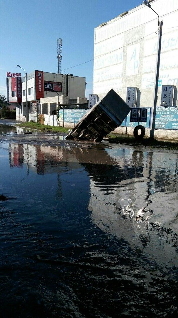 У Харкові під розмитий асфальт провалилася ГАЗель - фото 1