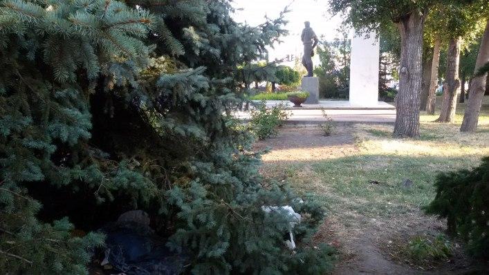 Мелітопольські безхатченки облаштували табір біля управління СБУ - фото 2