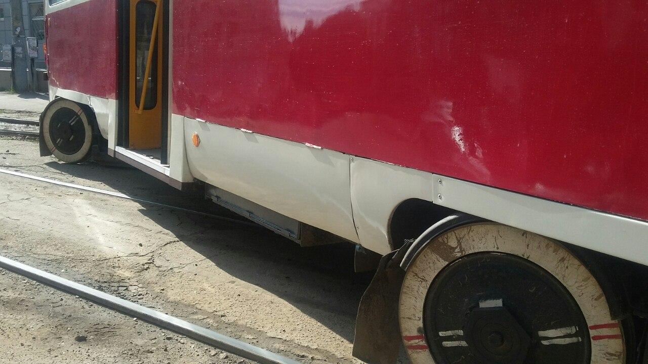 Біля Південного вокзалу трамвай не втримався на рейках - фото 2