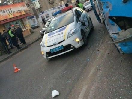 У Житомирі автомобіль поліції зіткнувся з пасажирським автобусом (ФОТО) - фото 1