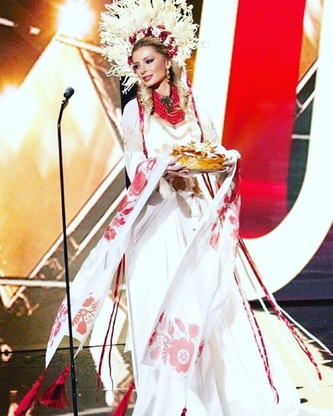 """""""Міс Україна Всесвіт"""" вразила розкішною сукнею-вишиванкою - фото 1"""