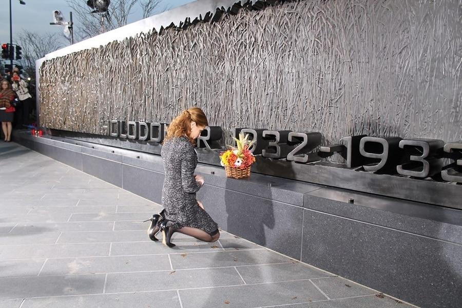 Марина Порошенко у США встала навколішки перед Меморіалом жертвам Голодомору (ФОТО) - фото 1