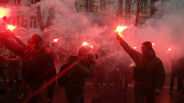 """Активісти """"Азова"""" влаштували """"вогневе шоу"""" під СБУ - фото 2"""
