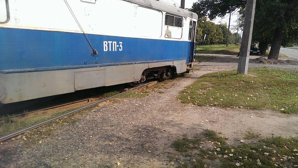 """У Харкові """"дрифтанув"""" технічний трамвай  - фото 1"""