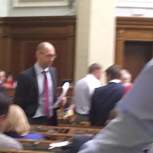 Яценюк, грубо порушуючи регламент, розгулює по сесійній залі Ради (ФОТОФАКТ) - фото 1
