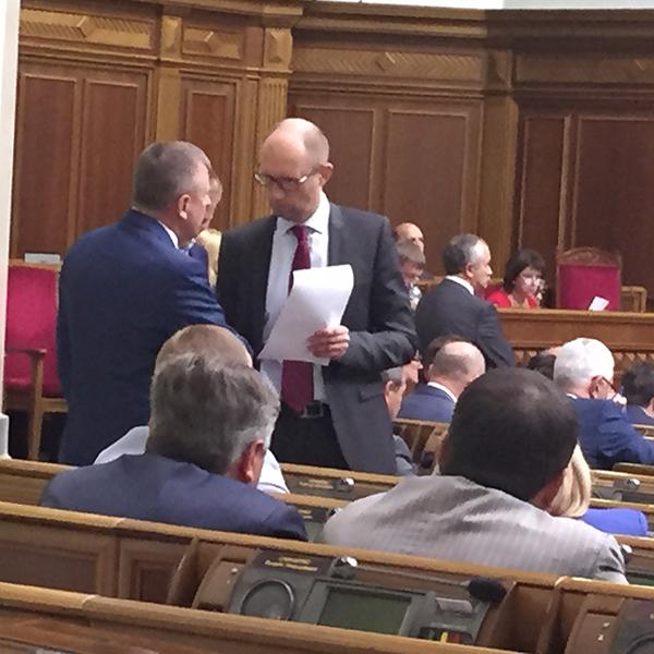 Яценюк, грубо порушуючи регламент, розгулює по сесійній залі Ради (ФОТОФАКТ) - фото 2