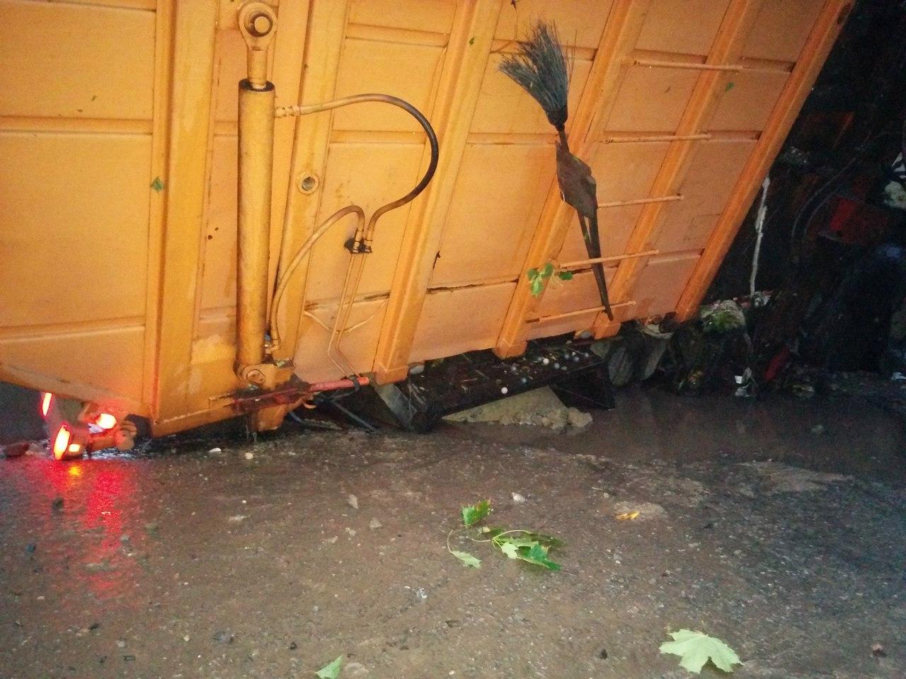 На Салтівці після зливи сміттєвоз пішов під землю  - фото 3