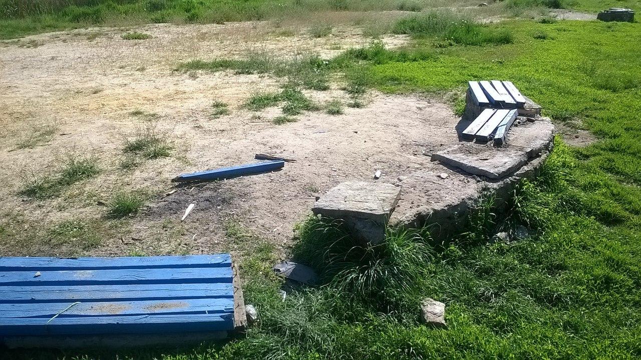 Первомайці поскаржились на вандалів, що розтрощили лавки на пляжі  - фото 2