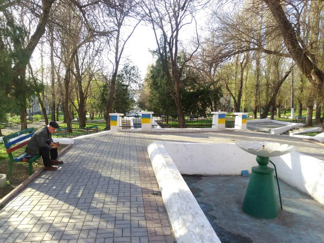 У Миколаєві комуністичні серпи та молоти замалювали прапорами України - фото 2