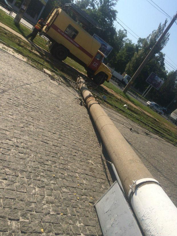 На Салтівці на трамвайні колії впала електроопора - фото 1