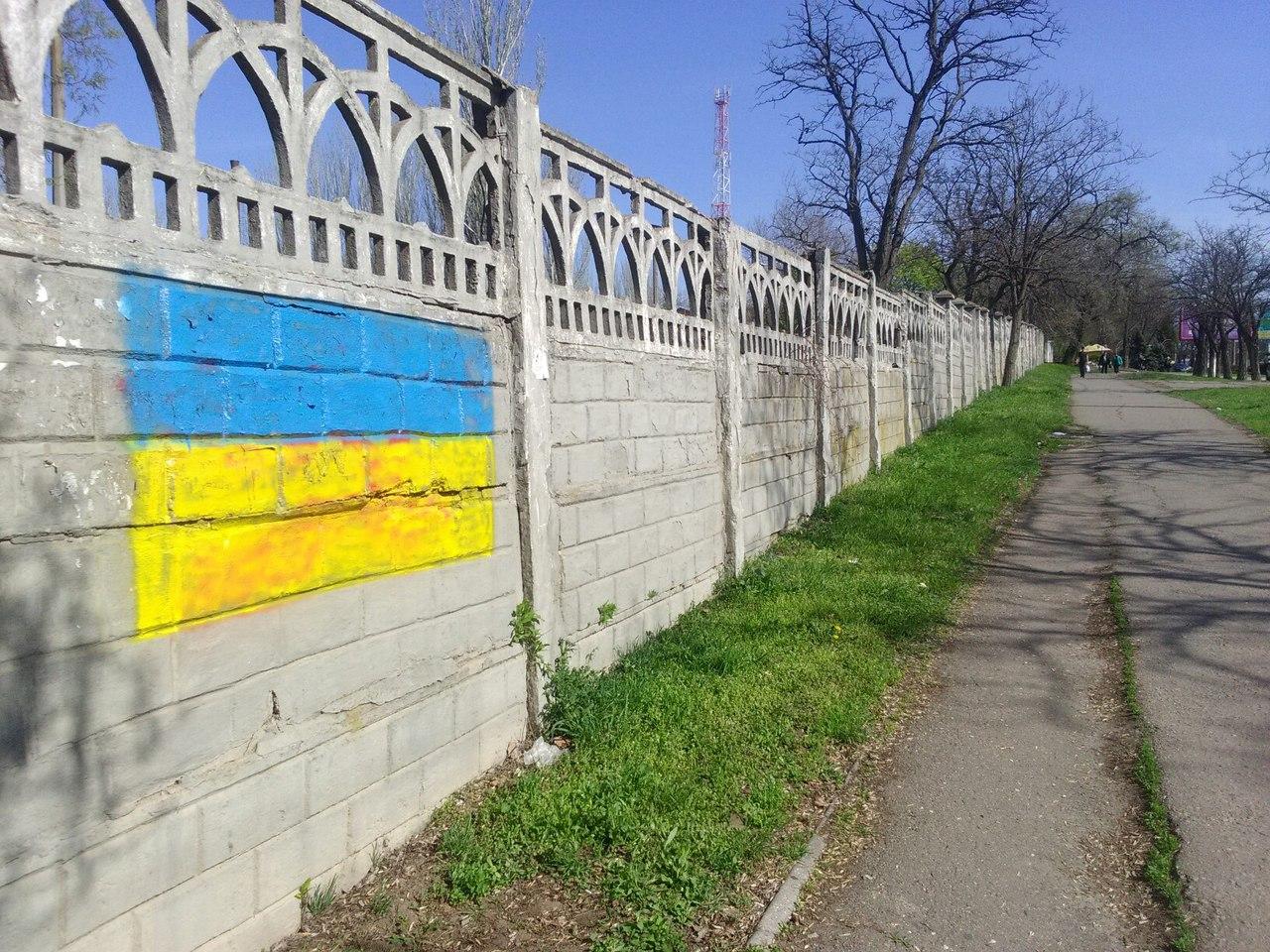 У Миколаєві комуністичні серпи та молоти замалювали прапорами України - фото 1