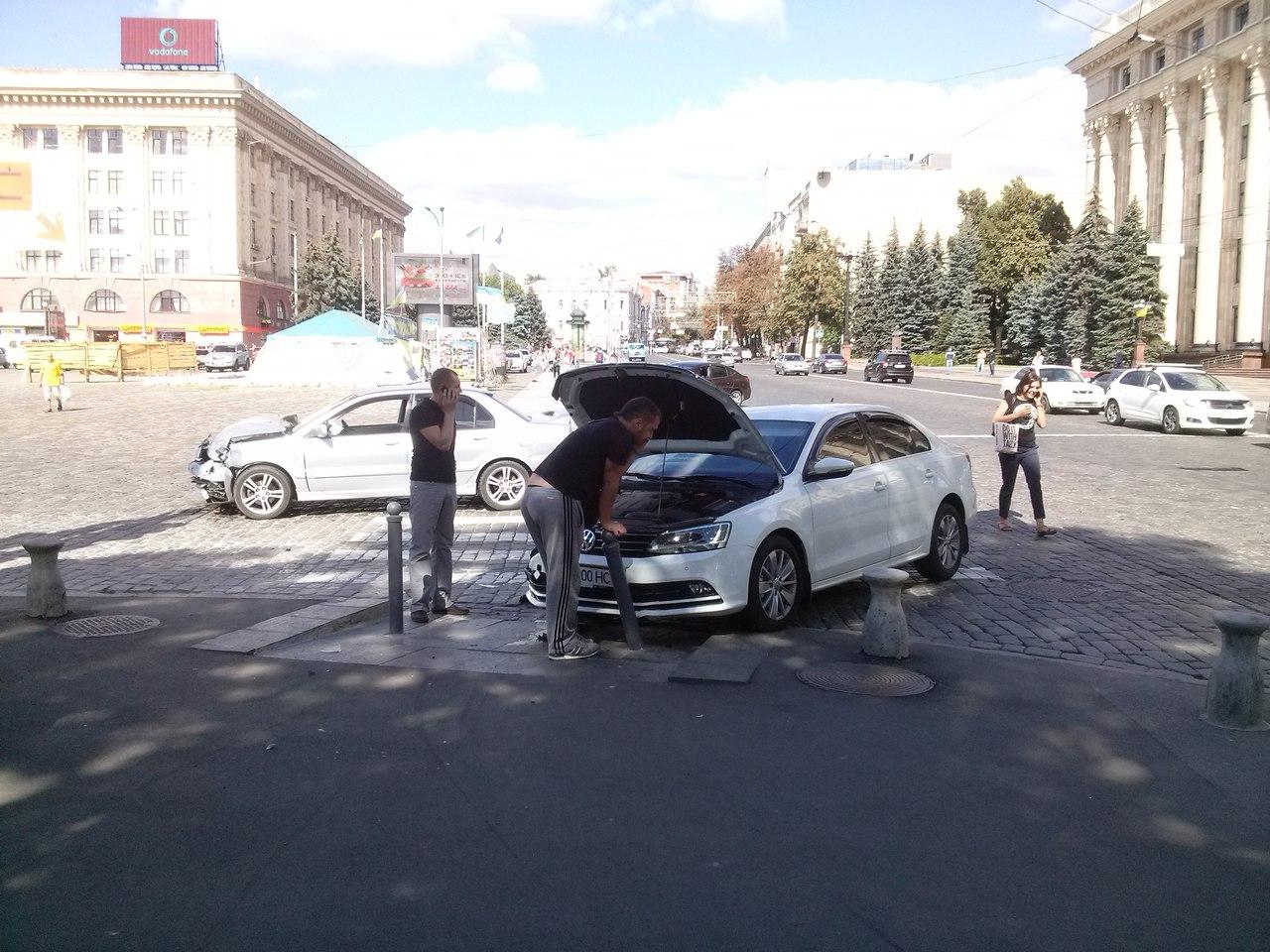 У Харкові перед будівлею ОДА сталася ДТП - фото 2