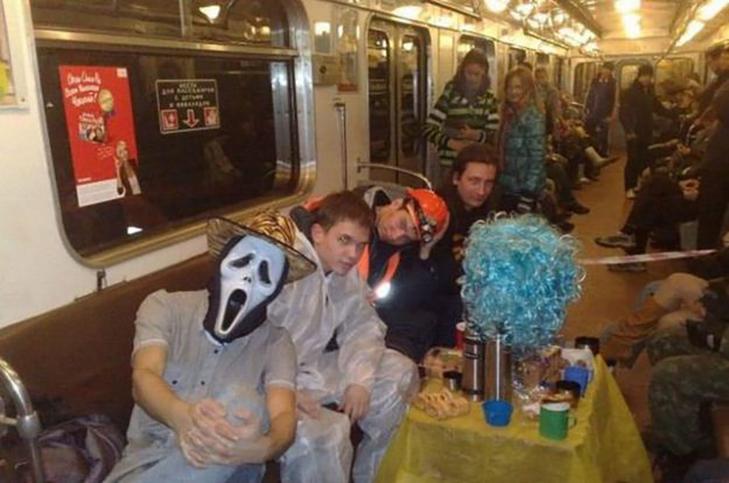 35 неймовірних диваків у метро - фото 25