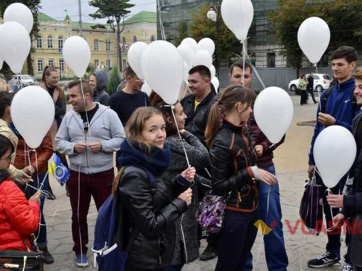 На честь Міжнародного дня миру вінницькі студенти співали гімн мовою жестів  - фото 1