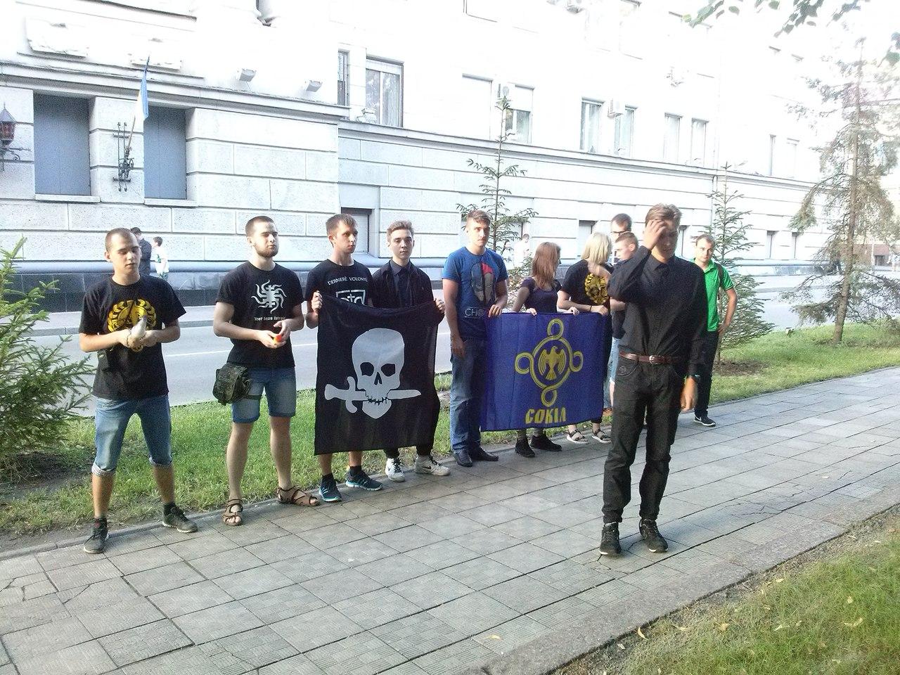 У Харкові біля главку поліції запалили фаєри  - фото 1