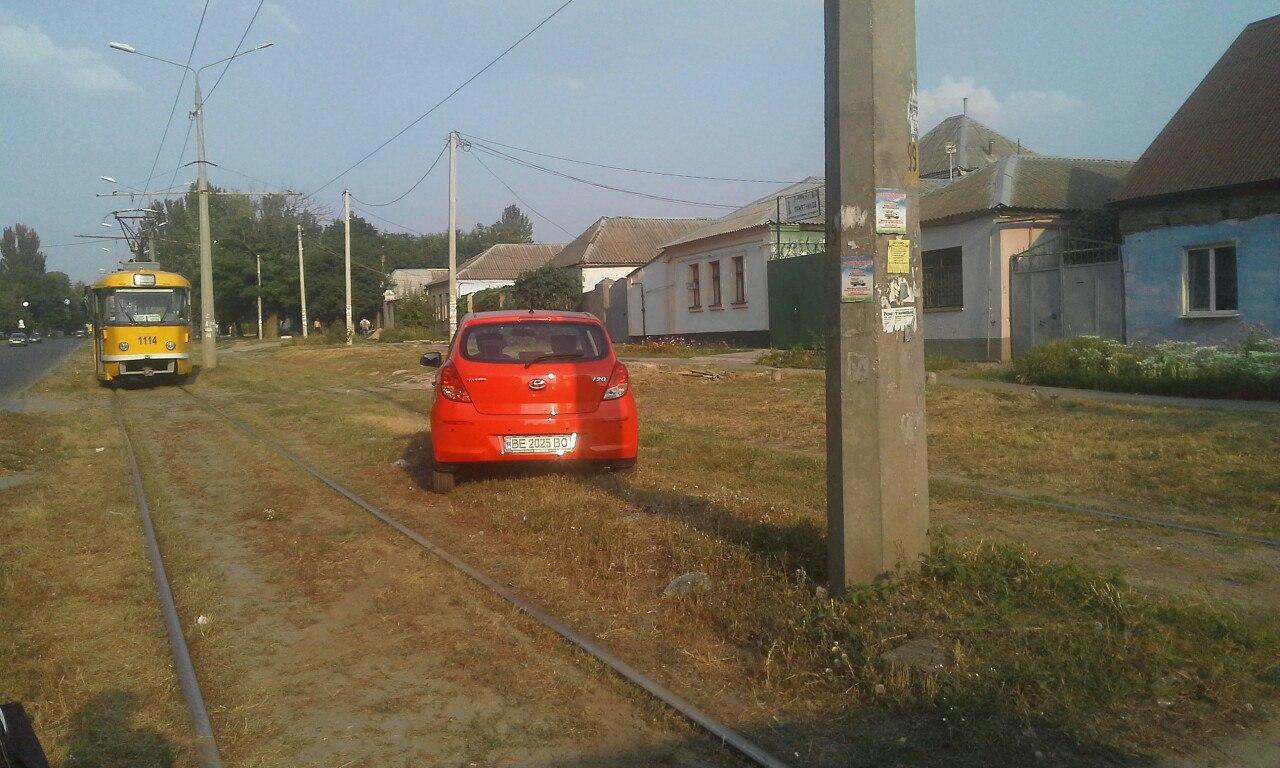 У Миколаєві жінка-водій знесла двері трамваю