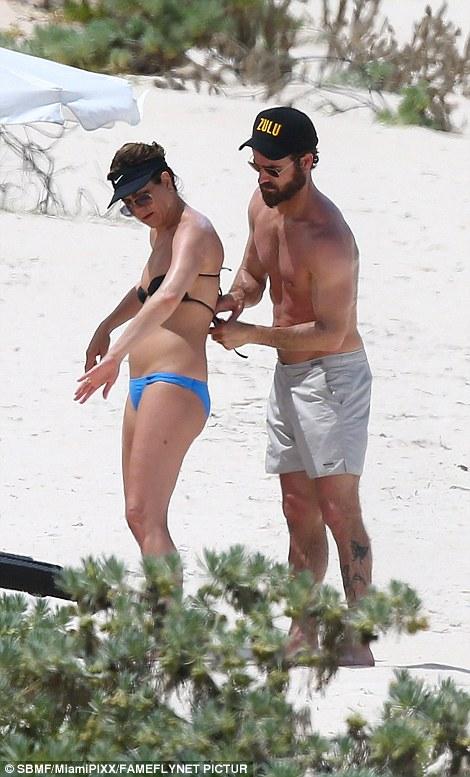 Як 47-річна Дженніфер Еністон у бікіні на пляжі відпочивала - фото 4
