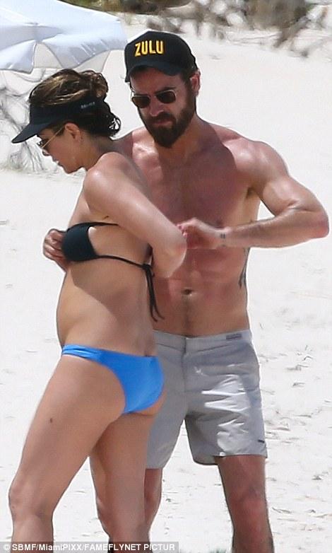 Як 47-річна Дженніфер Еністон у бікіні на пляжі відпочивала - фото 2