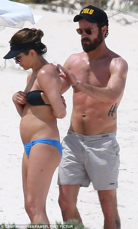 Як 47-річна Дженніфер Еністон у бікіні на пляжі відпочивала - фото 1