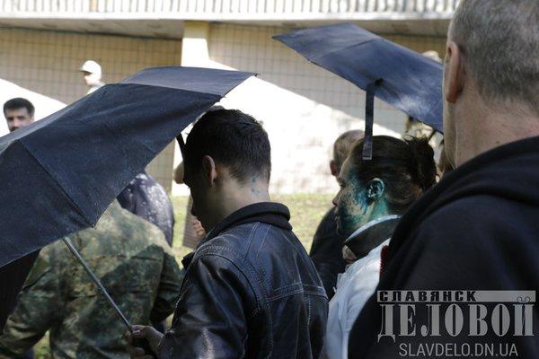 На Донбасі Королевську закидали яйцями та облили зеленкою  - фото 2