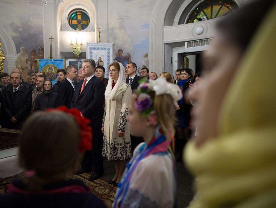 Президентське подружжя у Великодню ніч помолилося за Україну - фото 8
