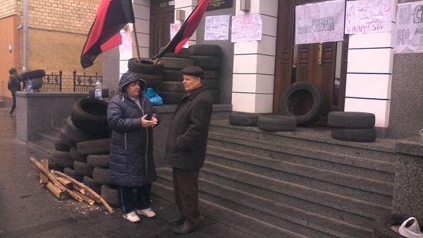 Автомайданівці з шинами чекають відставки Шевцова під управлінням вінницької Нацполіції - фото 2