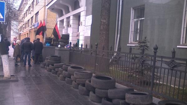 Автомайданівці з шинами чекають відставки Шевцова під управлінням вінницької Нацполіції - фото 1