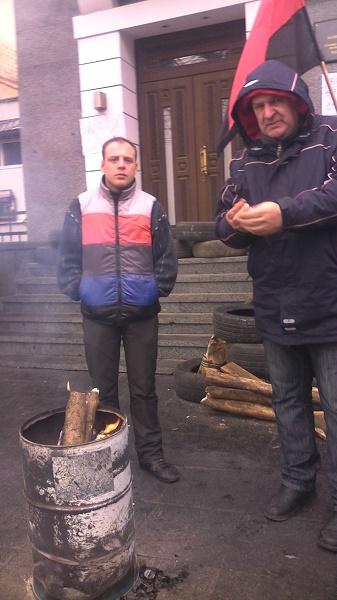 Автомайданівці з шинами чекають відставки Шевцова під управлінням вінницької Нацполіції - фото 4
