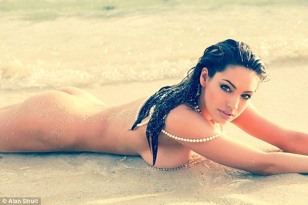 Як найсексуальніша жінка у світі позувала голою і в перлах - фото 4