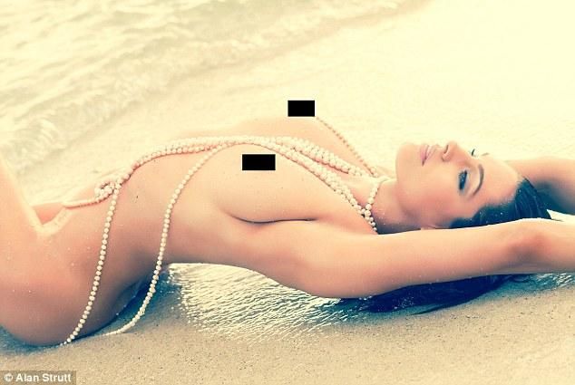 Як найсексуальніша жінка у світі позувала голою і в перлах - фото 1