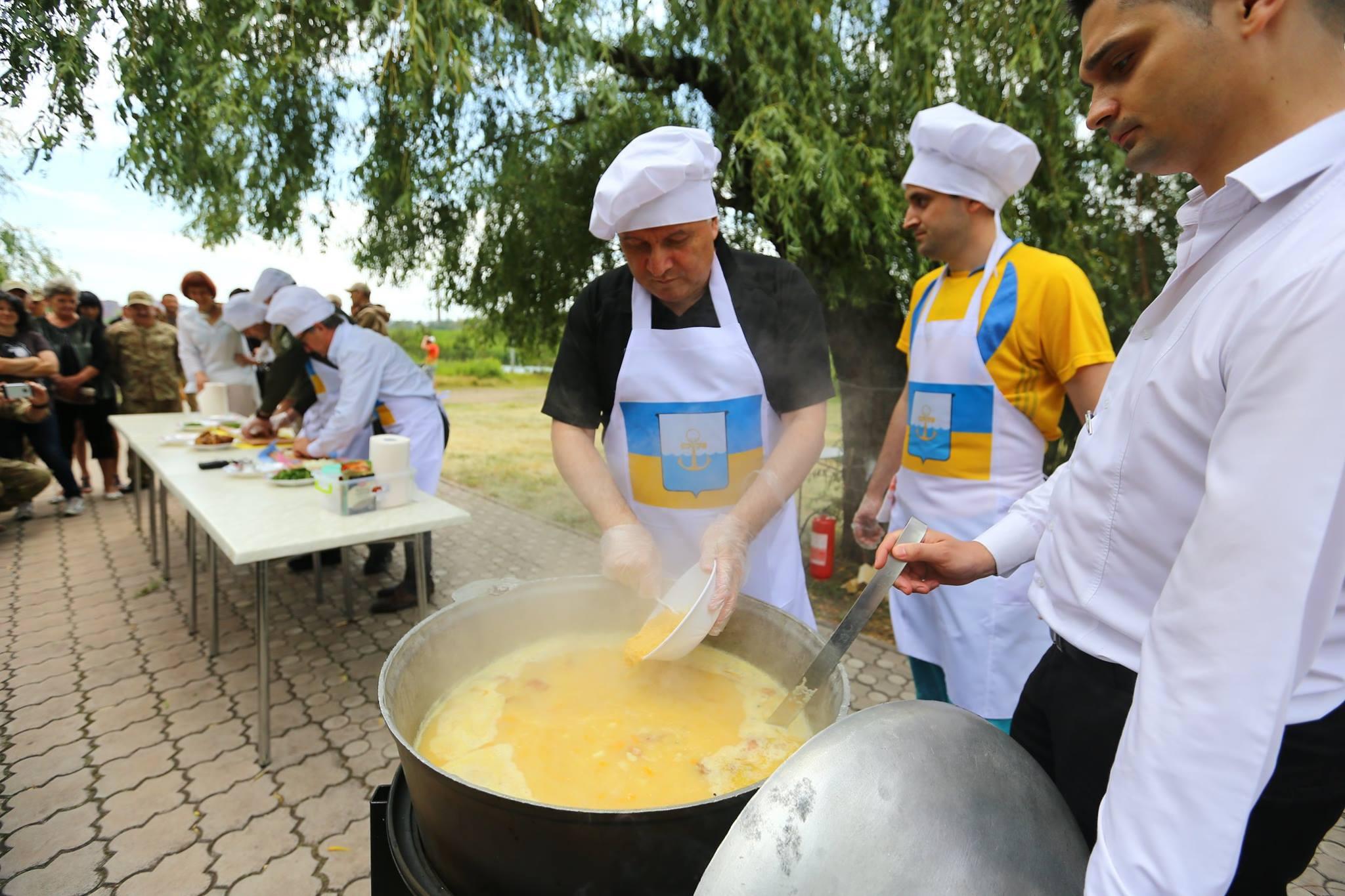 Аваков став вуличним кухарем: пригощає фірмовим гороховим супом (ФОТО) - фото 3