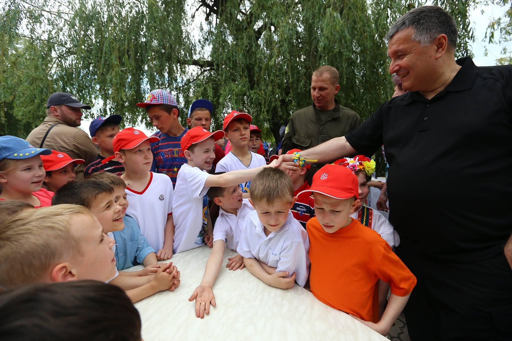 Аваков став вуличним кухарем: пригощає фірмовим гороховим супом (ФОТО) - фото 4