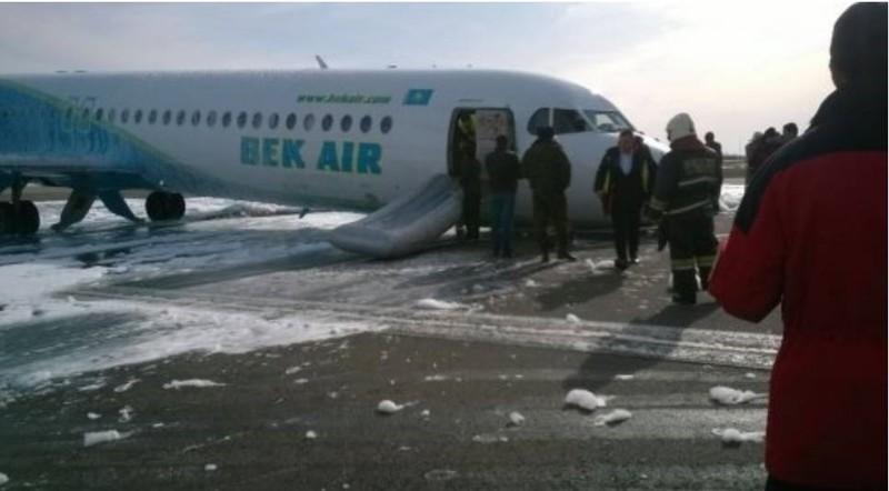 Авіалайнер у Казахстані приземлився на ніс (ВІДЕО, ФОТО) - фото 1